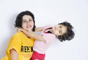 Margarete Brito com a filha, Sofia, portadora de doença rara que provoca crises epiléticas, atenuadas com uso do canabidiol Foto: Ana Branco / Agência O Globo