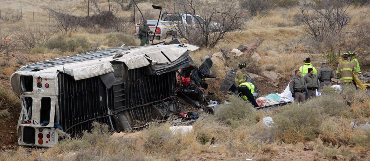 Acidente deixou ônibus destruído no Texas Foto: Mark Sterkel/The Odessa American / AP