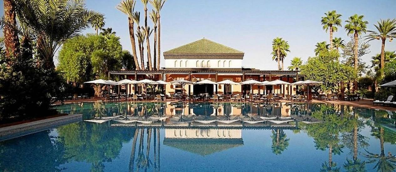 Com mesas ao ar livre, restaurante à beira da piscina do hotel La Mamounia tem cardápio de cozinha mediterrânea Foto: Divulgação