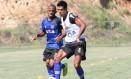 O paraguaio Julio dos Santos domina a bola em treino do Vasco Foto: Marcelo Sadio / Vasco da Gama