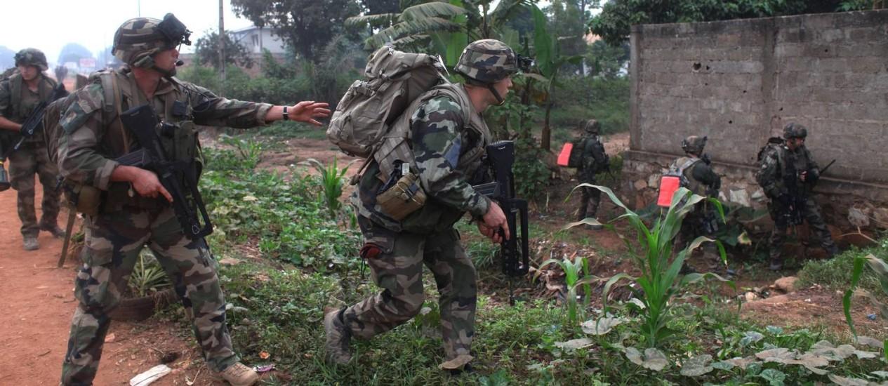 Soldados franceses em ação na República Centro-Africana. Três quintos dos militares enviados deixarão o país com a chegada de tropas de paz da ONU Foto: ANDREEA CAMPEANU / REUTERS