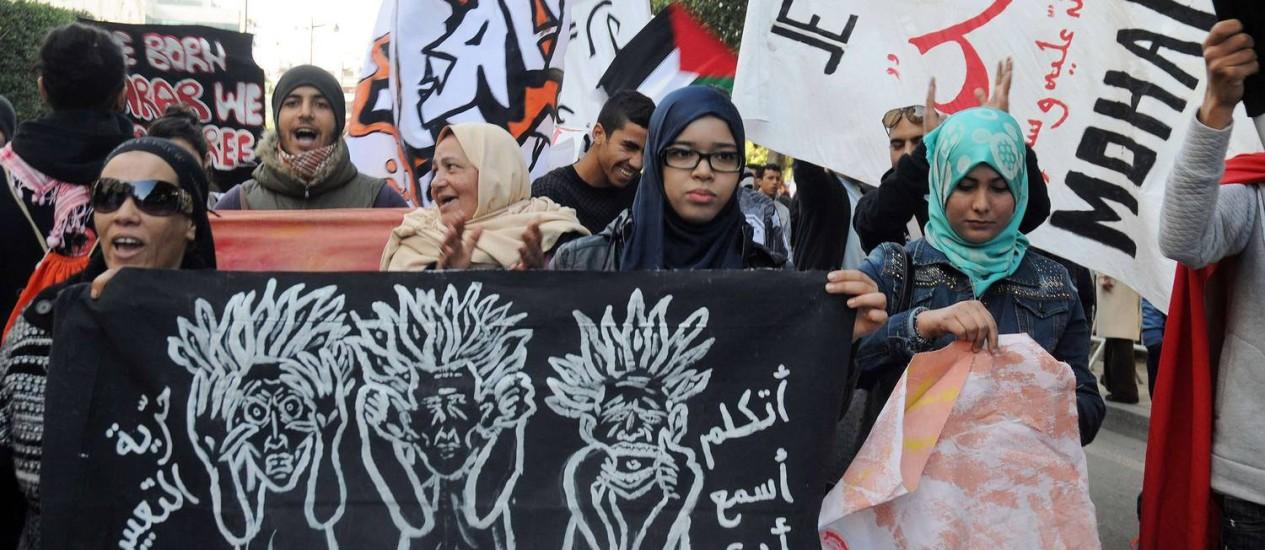 Divergência muçulmana. Manifestantes tunisianos protestam contra a primeira edição do 'Charlie Hebdo' após o atentado Foto: MOHAMED KHALIL/AFP