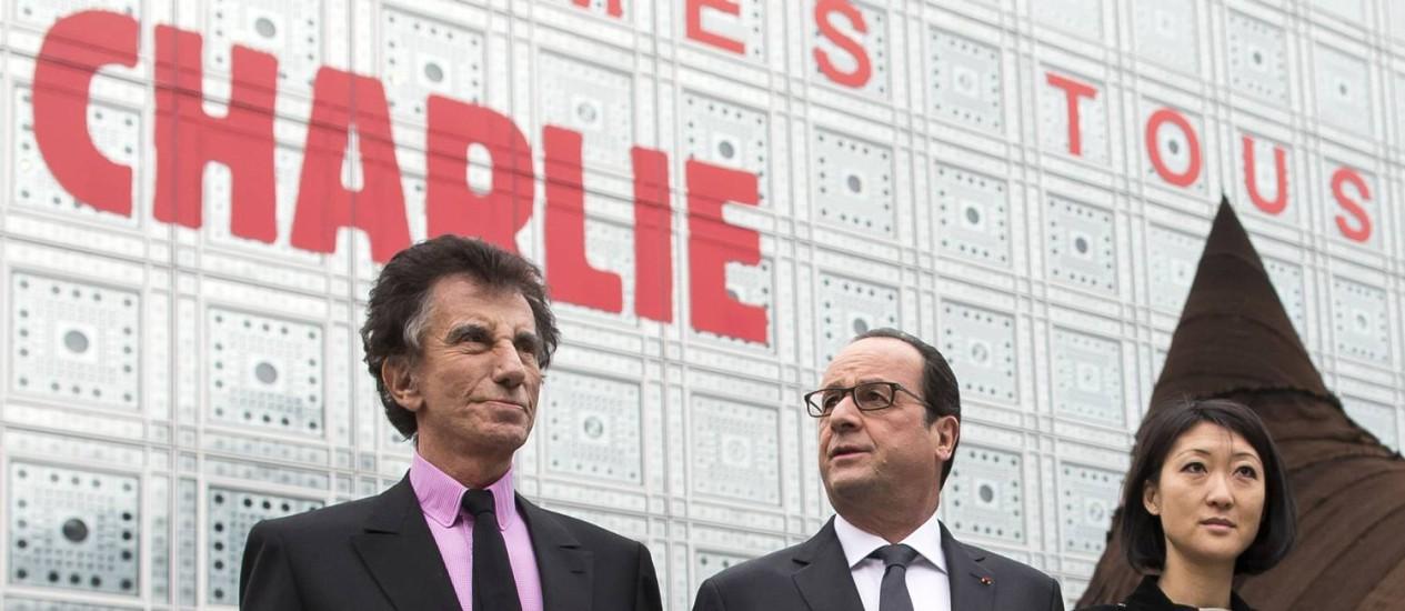 Hollande é acompanhado pelo diretor do Instituto do Mundo Árabe, Jack Lang (e), e a ministra da Cultura francesa, Fleur Pellerin (d) Foto: IAN LANGSDON / AFP