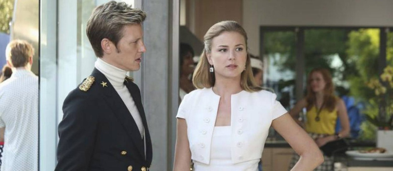 Nolan e Emily em episódio da terceira temporada de 'Revenge' Foto: Divulgação