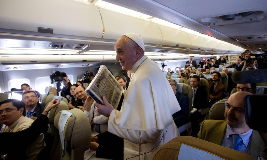 Papa Francisco em coletiva informal no avião rumo a Manila: pontífice condenou os dois lados envolvidos em massacre Foto: Alessandra Tarantino / AP