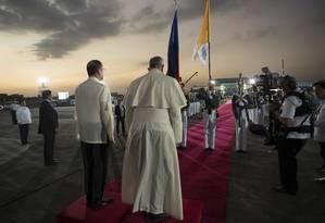 Popa Francisco, ao lado do presidente das Filipinas, Benigno Aquino, chega às Filipinas depois de viagem pelo Sri Lanka Foto: OSSERVATORE ROMANO / REUTERS