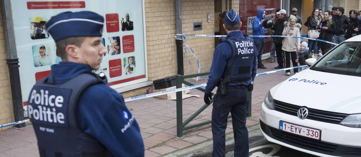 Policiais belgas investigam ameaça de bomba em Bruxelas nesta quarta-feira. Operação antiterrorismo deixou três mortos no Leste do país. Foto: FILIP DE SMET / AFP