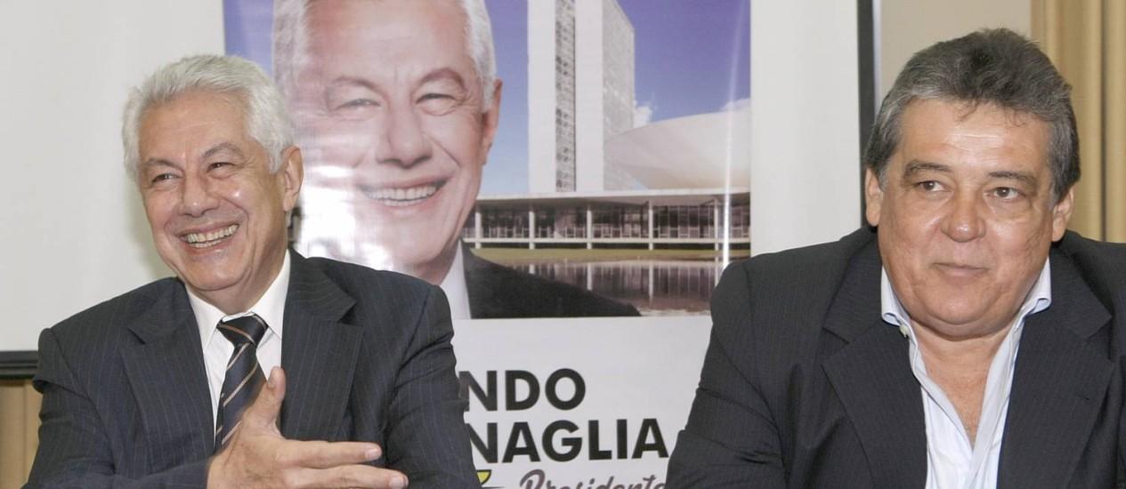 O candidato a presidente da Câmara, Arlindo Chinaglia (PT) (à esquerda), em Recife, ao lado do deputado Silvio Costa (PSC) Foto: Hans von Manteuffel / Agência O Globo