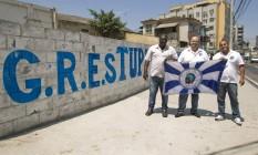 Parceria: Fabio Augusto, ao centro, conta com o apoio da comunidade para reegerguer a Tupy de Braz de Pina Foto: Agência O Globo / Guilherme Leporace
