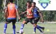 Ao centro, Rafael Silva carrega a bola durante treino do Vasco