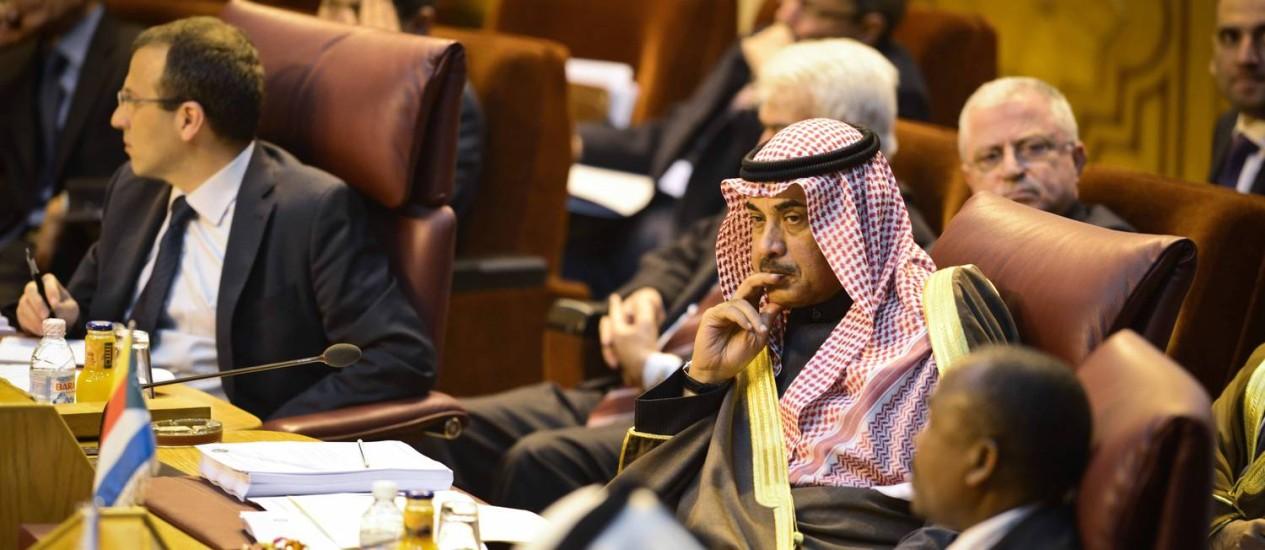 Ministro das Relações Exteriores do Kuwait, Sabah al-Khaled al-Sabah (centro), durante o encontro de representantes dos países árabes no Cairo Foto: MOHAMED EL-SHAHED / AFP