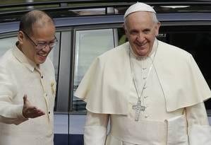 Papa Francisco é recebido pelo presidente filipino Benigno Aquino III na chegada ao Palácio Presidencial, em Manila Foto: Bullit Marquez / AP