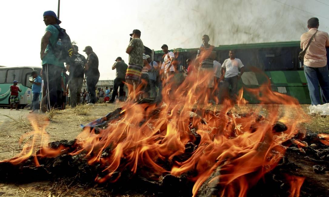 Os funcionários da Alumini Engenharia protestam contra salários e benefícios atrasados Foto: Gabriel de Paiva / O Globo