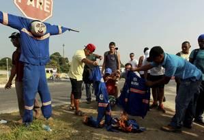 Funcionários da Alumini Engenharia ateiam fogo aos próprios uniformes em manifestação em frente ao Comperj, em Itaboraí, nesta sexta-feira Foto: Gabriel de Paiva / O Globo