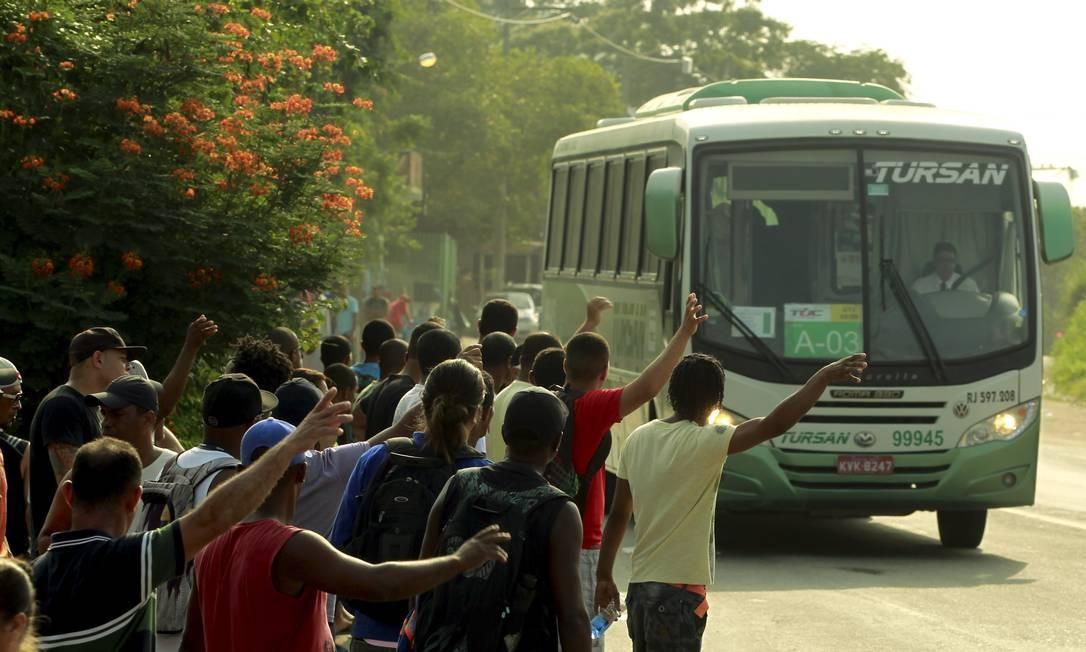 Os manifestantes impediram a entrada em todos os três acessos à unidade Foto: Gabriel de Paiva / O Globo