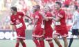 Robinho (centro) disputou o Jogo das Estrelas, ao lado de Zico, no fim de dezembro, e foi aplaudido pela torcida do Flamengo no Maracanã