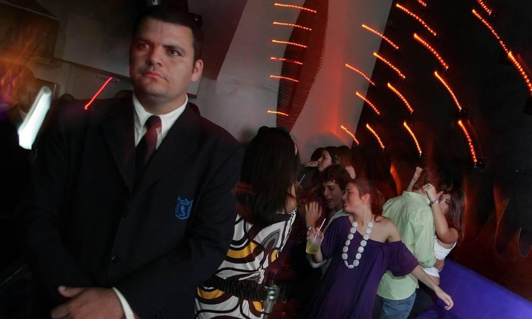 Seguranças garantem a exclusividade dos camarores VIP's nas noites da cidade Foto: Marco Antônio Teixeira/Agência O Globo