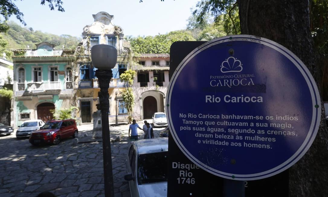 A menos de dois quilômetros da nascente, o rio passa pelo Largo do Boticário - outro ponto abandonado da cidade -, e ali já apresenta sinais de poluição Foto: Custódio Coimbra / Agência O Globo