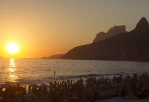O pôr do sol, como sempre, encanta os banhistas Foto: ANTONIO SCORZA / Agência O Globo