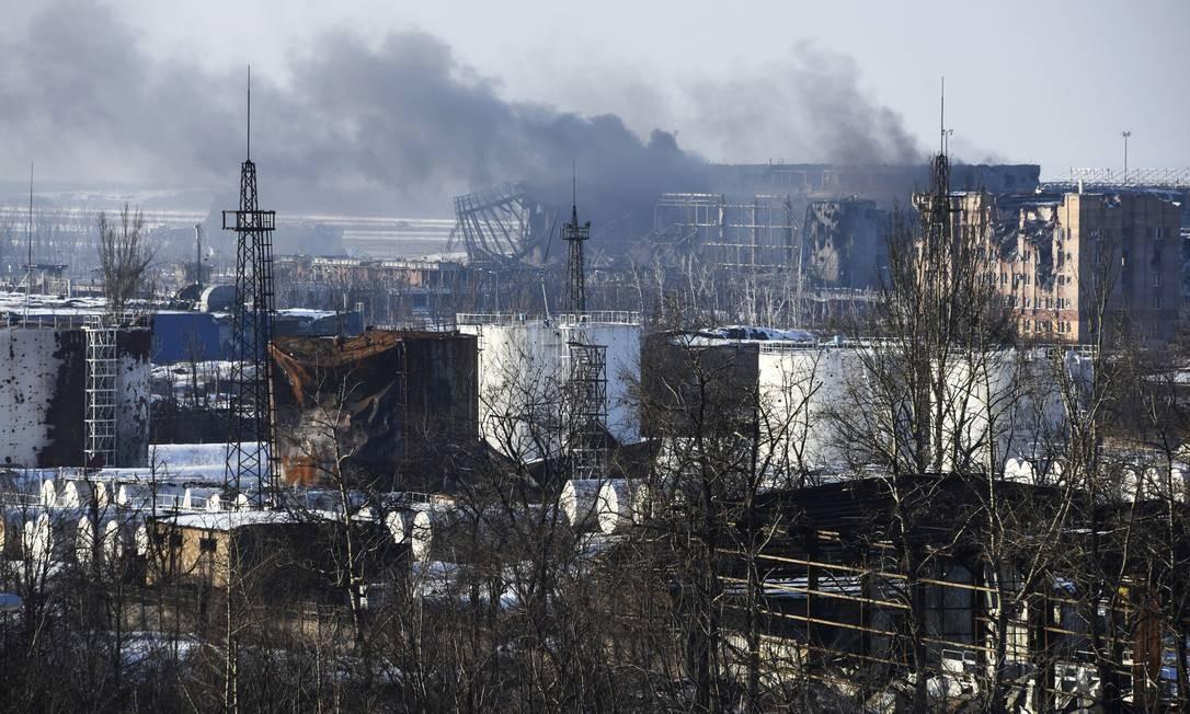 Fumaça sobre o terminal do aeroporto de Donetsk. Tropas ucranianas realizaram operação e recuperaram o controle da região, disputada por forças leais ao governo de Kiev e rebeldes separatistas pró-Russia Foto: Mstyslav Chernov / AP