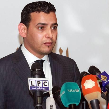 Omar Hmaidan, porta-voz do Congresso Nacional Líbio, durante o anúncio do cessar-fogo no país Foto: MAHMUD TURKIA / AFP