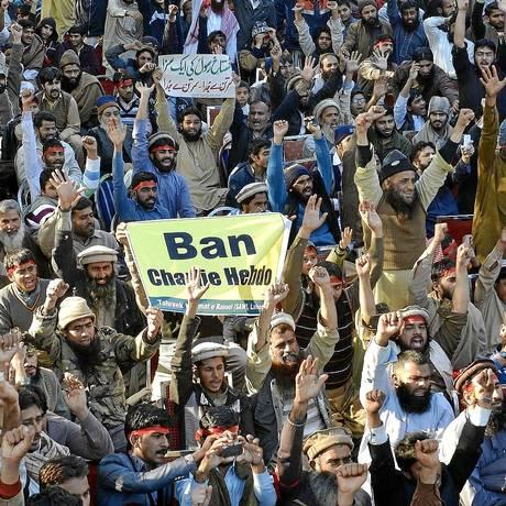 """Paquistaneses pedem o banimento da revista satírica """"Charlie Hebdo"""": milhares protestaram em todas as maiores cidades do país e tiveram apoio de grupos cristãos Foto: Arif Ali / AFP"""