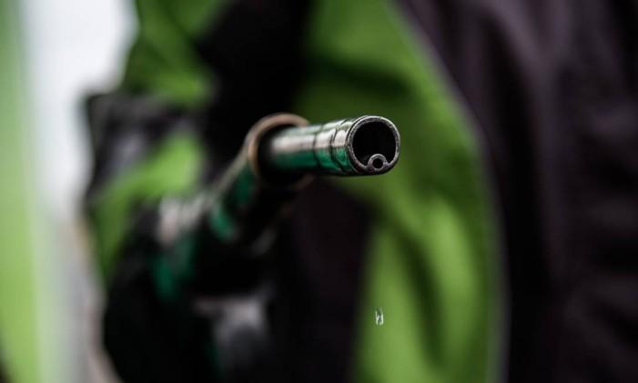 Posto de gasolina: petróleo já perdeu metade do valor em sete meses Foto: Akos Stiller / Bloomberg