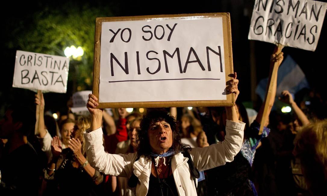 Manifestante segura cartaz com a frase 'Eu sou Nisman' durante protestos em frente à Casa Rosada, em Buenos Aires Foto: Rodrigo Abd / AP