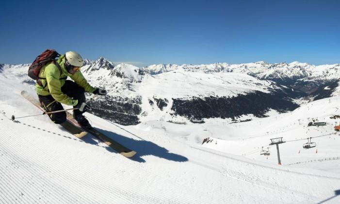 Esquiador explora uma das dezenas de pistas de Grandvalira, em Grandvalira Foto: Marc Colomines / Divulgação/Adorra Turisme
