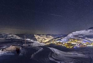 Vista noturna do vilarejo de Val Thorens, a partir de uma das pistas de esqui Foto: Divulgação