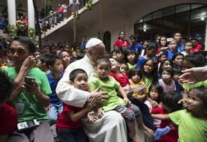 Papa Francisco e crianças sem-teto em Manila, nas Filipinas. No retorno da viagem, o Pontífice desaconselhou famílias católicas de terem muitos filhos Foto: AP/Osservatore Romano