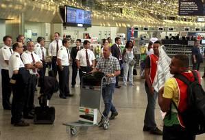 Braços cruzados. Aeronautas e aeroviários fazem manifestaçãono Aeroporto Internacional do Galeão Foto: Gabriel de Paiva