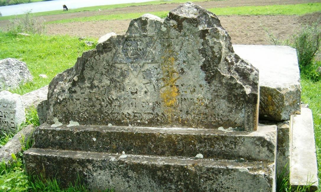 Túmulo dos Tolpolar. Única pista para encontrar o local, no cemitério de Vadul Rascov, era uma fotografia Foto: Divulgação / Fotos de divulgação