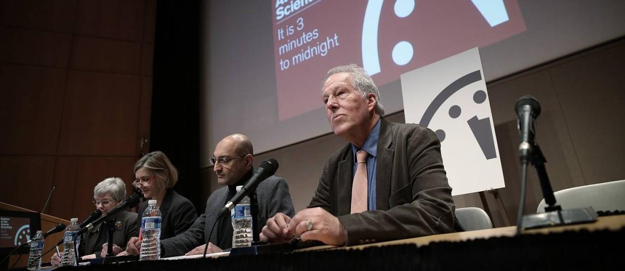 Integrantes do Boletim dos Cientistas Atômicos durante coletiva de imprensa sobre ajuste do relógio do fim do mundo Foto: WIN MCNAMEE / AFP