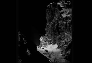 Precipício de 900 metros no 67P foi batizado como a divindade egípcia Hator Foto: ESA