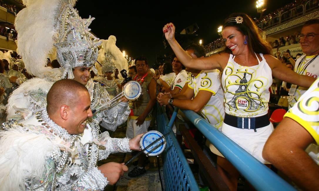Luma de Oliveira samba na frisa do Rio Samba e Carnaval, em 2009 Foto: Marcos Ramos / Agência O Globo