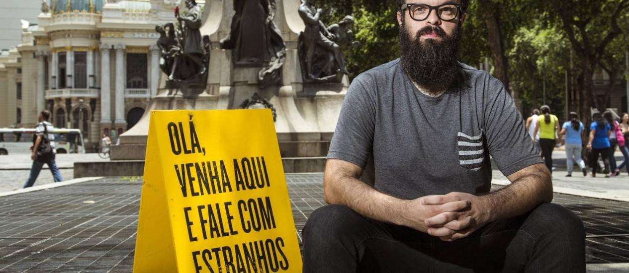"""Daniel Motta e seu estranho projeto de falar com estranhos: salvando """"vidas reais"""" Foto: Leo Martins / Agência O Globo"""