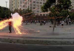 O cinegrafista Santiago Andrade sendo atingido por um explosivo no Centro do Rio Foto: Domingos Peixoto / Agência O Globo