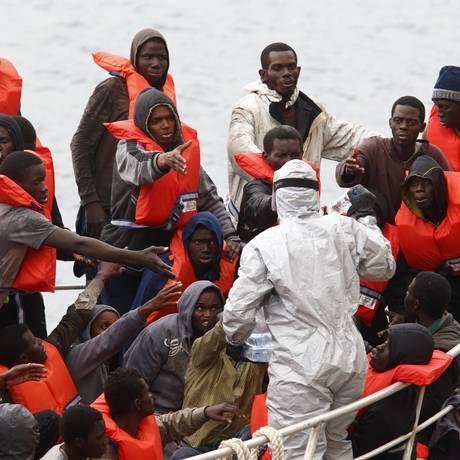 Forças Armadas maltesas resgatam bote com mais de 80 imigrantes africanos. Tripulantes da embarcação afirmam que cerca de 20 pessoas morreram durante a travessia do Mediterrâneo e tiveram seus corpos jogados no mar Foto: DARRIN ZAMMIT LUPI / REUTERS