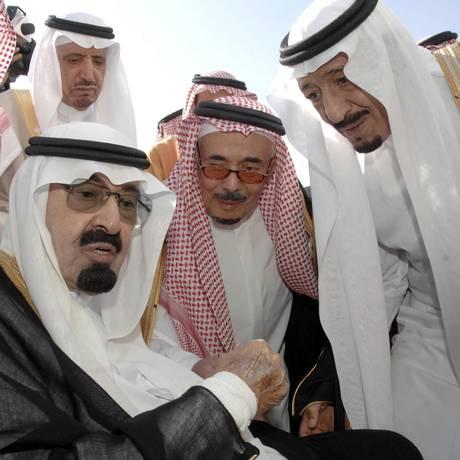 2010: Falecido em 2015, o rei Abdullah, à esquerda, conversa com o novo monarca da Arábia Saudita, Salman, à direita Foto: AP