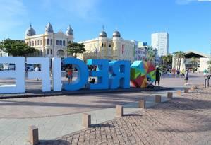 Praça. Entre os armazéns reformados, o Marco Zero ganha letreiro que destaca o símbolo do frevo Foto: Hans Von Manteuffel / Agência O Globo