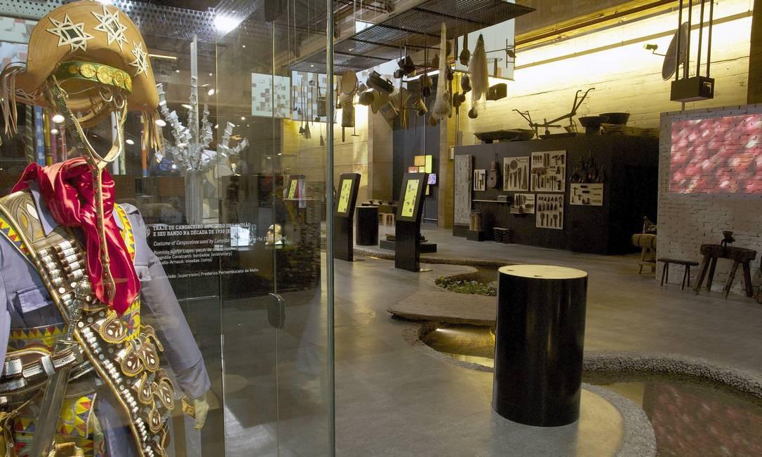 Entre as peças da exposição permanente do museu Cais do Sertão Luiz Gonzaga estão roupas dos cangaceiros Foto: Hans von Manteuffel / Agência O Globo