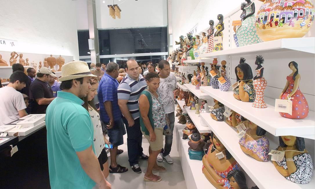 Peças de barro estão à vemda no Centro de Artesanato, localizado na Praça do Marco Zero Foto: Hans von Manteuffel / Agência O Globo