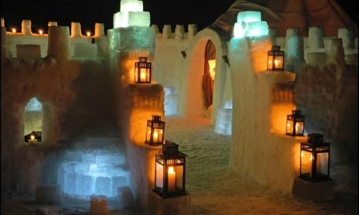 A estrutura do hotel de neve lembra um castelo medieval. As lanternas dão um ar de aconchego em meio ao cenário gelado Foto: Divulgação