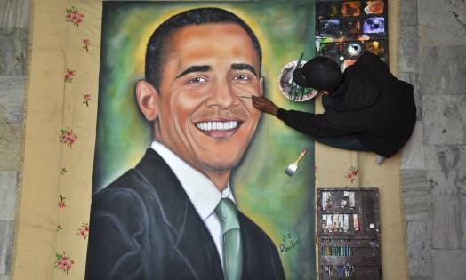 O artista plástico Jagjot Singh Rubal finaliza pintura com o rosto de Barack Obama na cidade de Amritsar, na Índia. O presidente norte-americano chega ao país no domingo Foto: Prabhjot Gill / AP