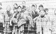 Crianças recém-libertadas em janeiro de 1945 atrás de cerca de arame farpado em Auschwitz: no fim, prisioneiros eram até cremados vivos no campo de concentração, tamanha era a pressa dos carrascos nazistas