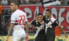 Montoya é abraçado por Rafael Silva ao empatar o jogo para o Vasco contra o São Paulo Foto: Marcelo Sadio / Vasco da Gama