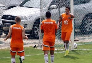 Jean (à direita) comemora após marcar o primeiro gol do Fluminense no jogo-treino com a Cabofriense Foto: Luiz Ackermann