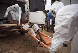 Profissionais de saúde carregam um homem com suspeita de ebola em Serra Leoa: número de novos casos está caindo nos países mais afetados da África Ocidental Foto: Tanya Bindra / AP