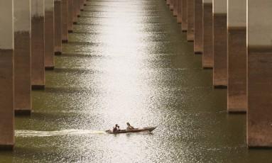 Seca no horizonte: ponte sobre o Rio Jacareí está com nível muito baixo Foto: Marcos Alves